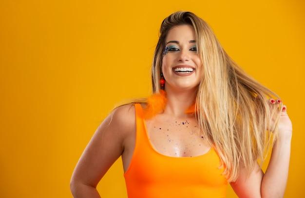 Karnevals-make-up zur feier des brasilianischen karnevals. make-up-trend und accessoires für den karneval.