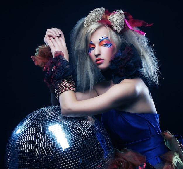 Karnevalsmädchen mit discokugel