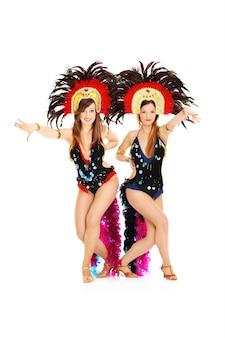 Karnevalsmädchen posieren auf weißem hintergrund