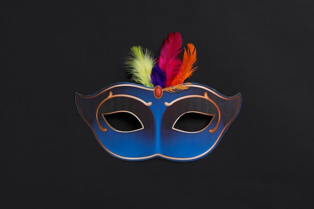 Karnevalsmaske auf dunkel