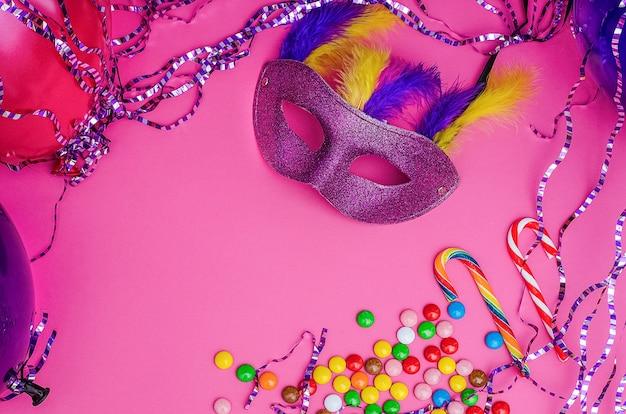 Karnevalsmaske auf einem rosa hintergrund mit karneval, brasilianischem, venezianischem karneval mit kopienraum