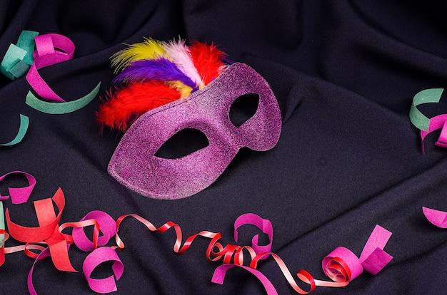 Karnevalsmaske auf einem schwarzen hintergrund mit karneval, brasilianischem, venezianischem karneval mit kopienraum
