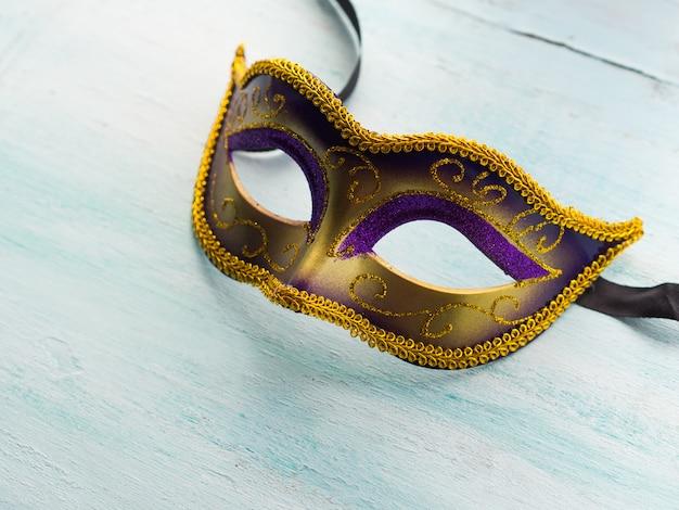 Karnevalsmaske auf pastell