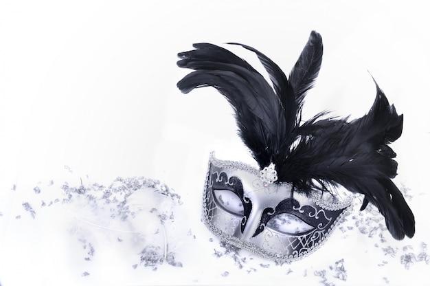 Karnevalsmaske in konfetti