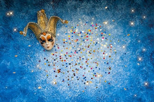 Karnevalsmaske mit farbigen pailletten draufsicht, kopierraum. karneval party feier konzept.
