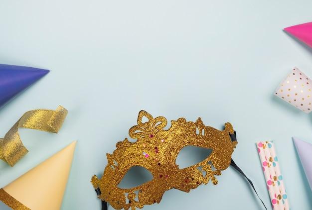 Karnevalsmaske und festliche dekorationen. party, karneval oder purim urlaub