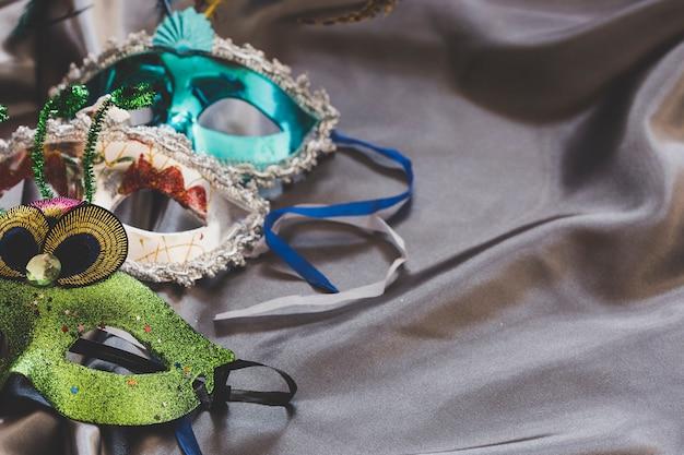 Karnevalsmasken auf seidigem stoff