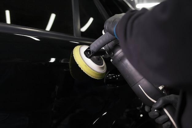 Karosserie-polierprozess in der detaillierungswerkstatt