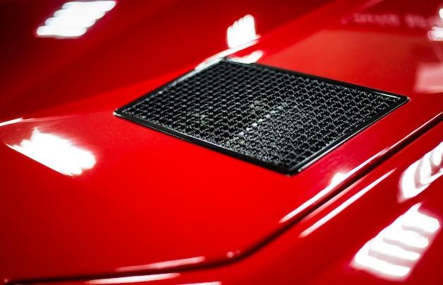 Karosserieelemente eines roten modernen rennwagens hautnah