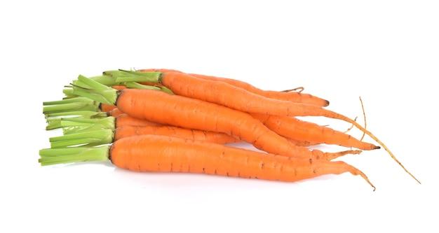 Karotte lokalisiert auf weißer wand