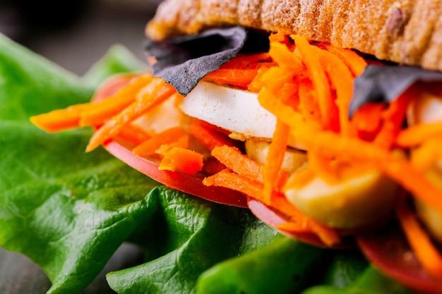Karotte setzte ein gesundes sandwich ein