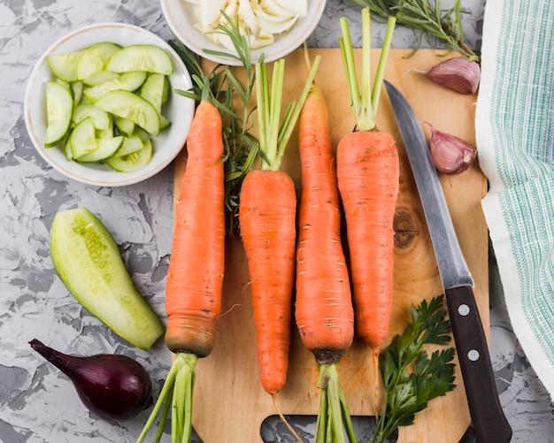Karotten auf draufsicht des hölzernen brettes