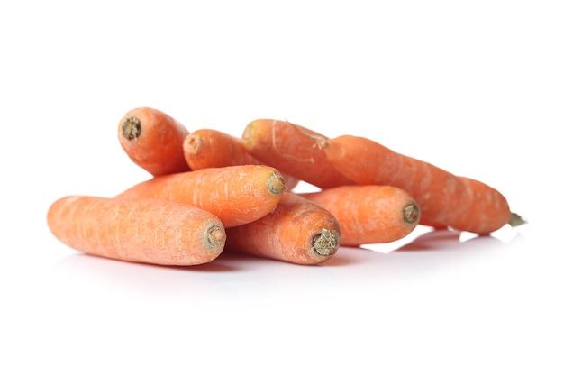 Karotten auf einer weißen oberfläche