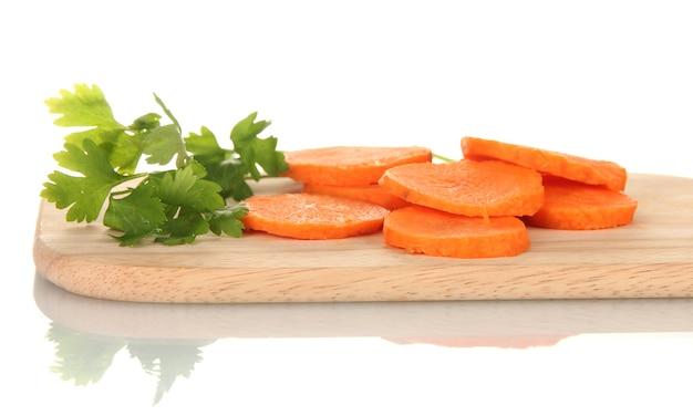 Karotten auf schneidebrett lokalisiert auf weiß