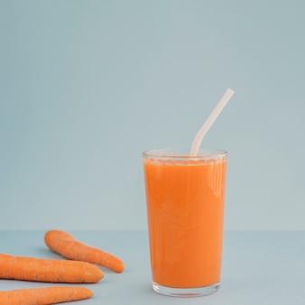Karotten auf tisch und karottensaft