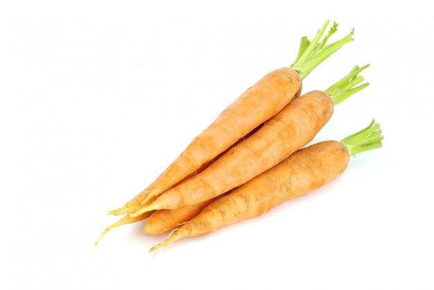 Karotten auf weiß isoliert Premium Fotos