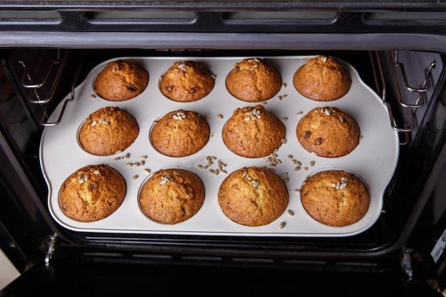 Karotten-cupcakes werden in einem heißen ofen gebacken.