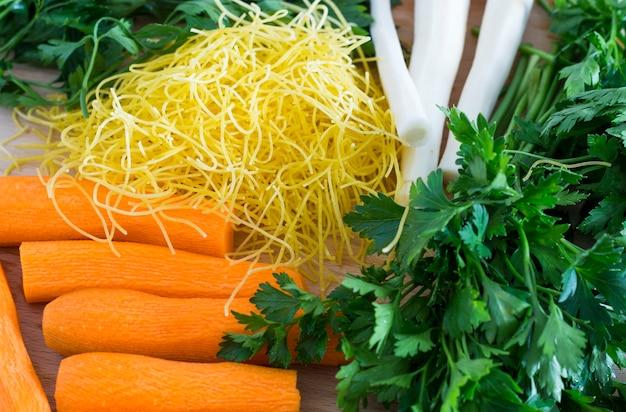 Karotten, sellerie, lauch und petersilie auf holz