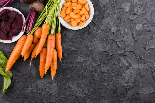 Karotten und rote-bete-wurzeln hintergrund mit kopienraum