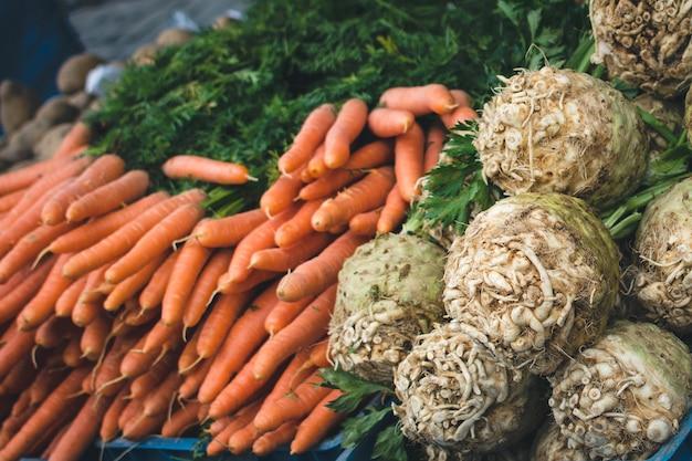 Karotten und sellerie am markt
