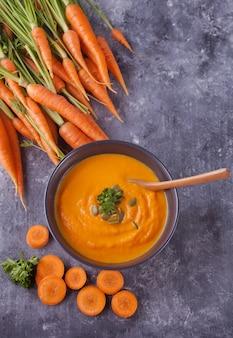 Karottencremesuppe der gesunden ernährung.