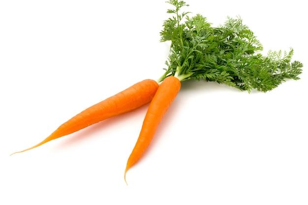 Karottengemüse mit blättern auf dem hölzernen hintergrund.
