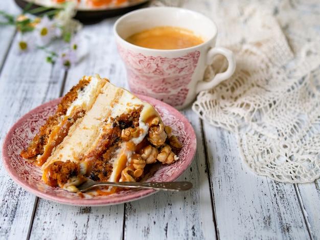 Karottenkuchen mit gesalzenem karamell und käsekuchen innen, dekoriert mit popcorn und karamell