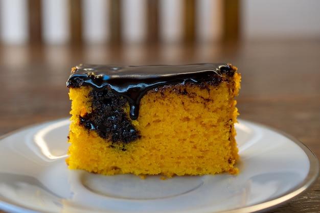 Karottenkuchen mit schokolade. brasilianischer kuchen.