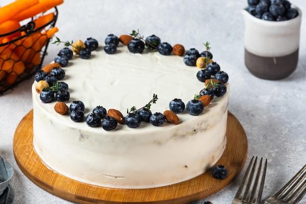 Karottenkuchen mit walnüssen und blaubeere auf weißem hintergrund. lokales essen. traditioneller amerikanischer kuchen. kuchen zum erntedankfest. herbstkuchen.