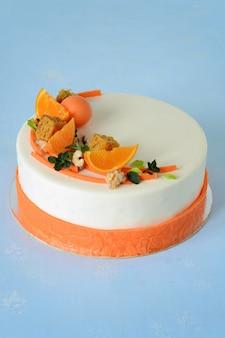 Karottenkuchen mit würzigem keks, karotten-mandarinen-gelee und käsemousse