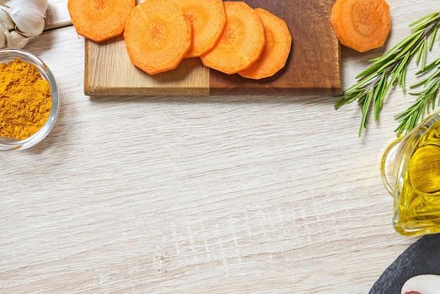 Karottenlebensmittelzutaten zum kochen von kopienraum