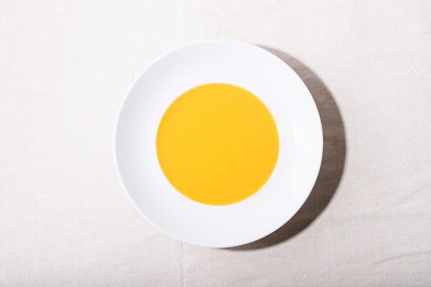 Karottenpüreesuppe in keramikplatte