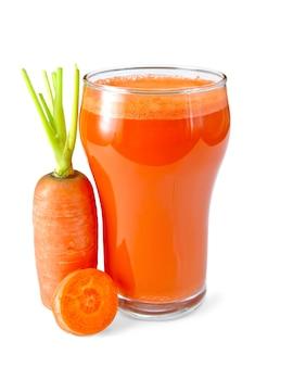 Karottensaft in einem hohen glas, karotten lokalisiert auf weißem hintergrund