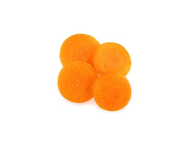 Karottenscheiben auf weißem hintergrund