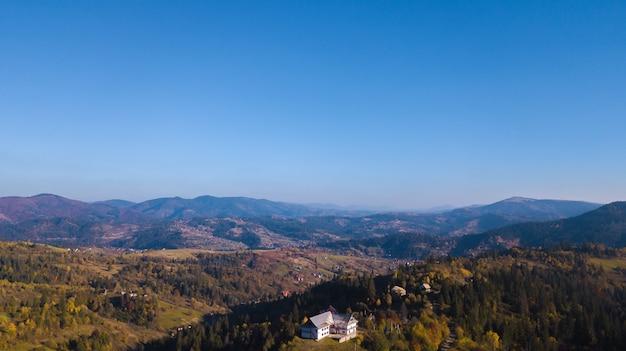 Karpaten mountines mit blauem himmel