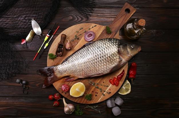 Karpfenfisch mit gewürzen und gemüse