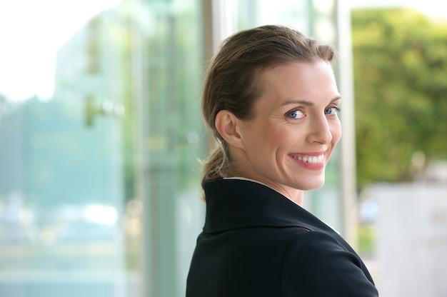 Karrierefrau, die draußen lächelt