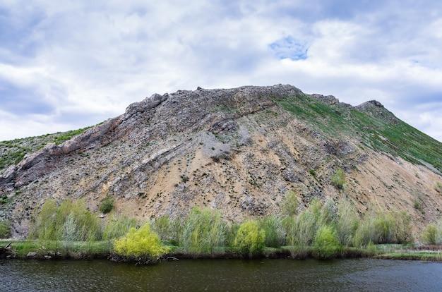 Karstsee am fuße des berges nos südlicher ausläufer des karamuruntau-kamms ural