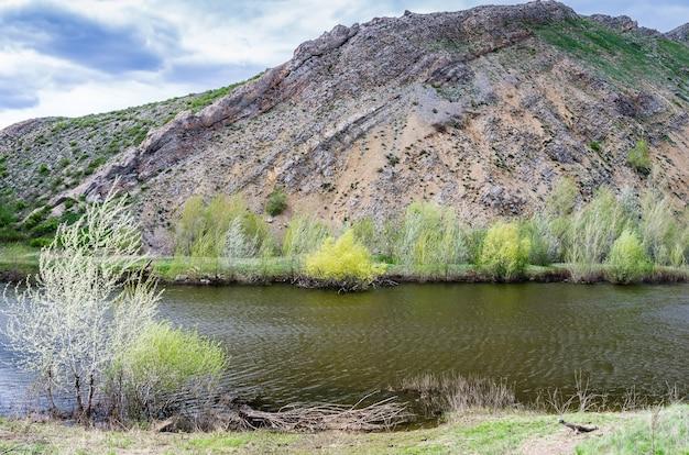 Karstsee am fuße des nos-gebirges südlicher ausläufer des karamuruntau-kamms ural das bild wurde in russland in der region orenburg im bezirk saraktasch aufgenommen