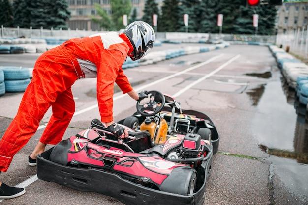 Kart fahrer räder kart, go cart racer. kartbahn im freien, motorsport