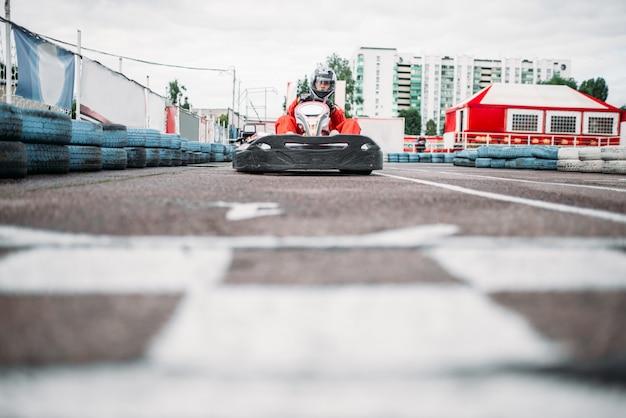Kart-rennfahrer auf der ziellinie, go-kart-wettbewerb. kartmeisterschaft