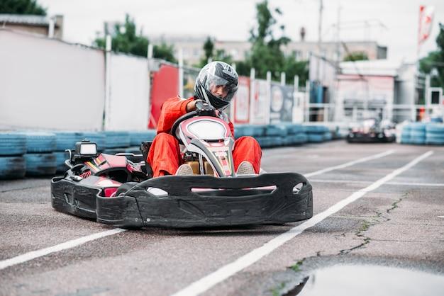 Kart-rennfahrer in aktion, go-kart-wettbewerb auf outdoor-strecke. kartmeisterschaft