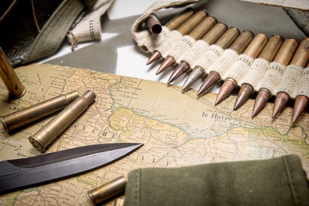 Karte der normandie auf der motorhaube des militärfahrzeugs platziert