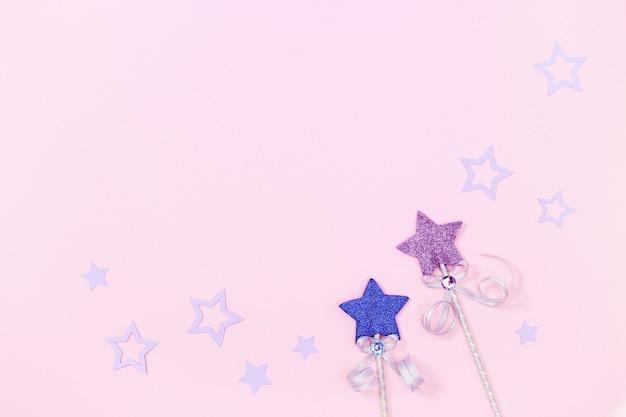 Karte für kindermädchen, rosa oberfläche mit sternen für partyeinladung.