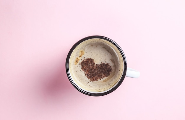 Karte für valentinstag tasse kaffee mit herzform symbol auf rosa
