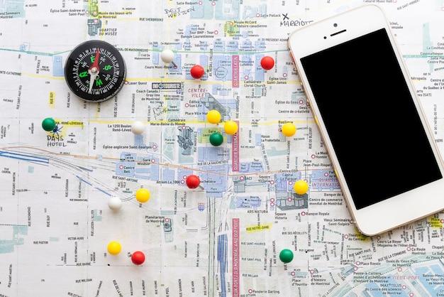 Karte markiert mit stiften und einem kompass
