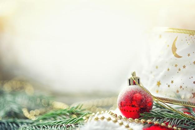 Karte mit zweigen der fichte, weihnachtskugel