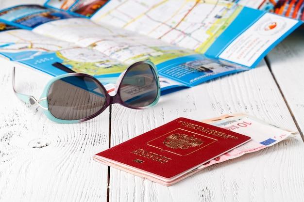 Karte, reisepass, notizbuch und tasse kaffee auf holztisch, reiseideen