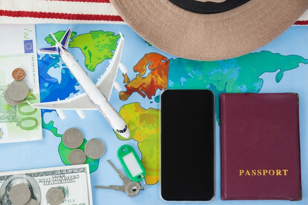 Karte, smartphone, reisepass und bargeld zusammen platziert