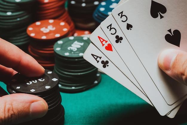 Karten mit zwei paaren in den händen des spielers in einem pokerspiel
